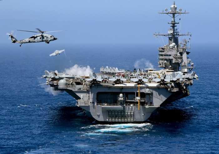 Trực thăng MH-60S Sea Hawk lượn quanh tàu sân bay USS John C. Stennis
