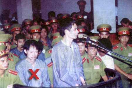Khánh Trắng và đồng bọn tại phiên tòa xét xử