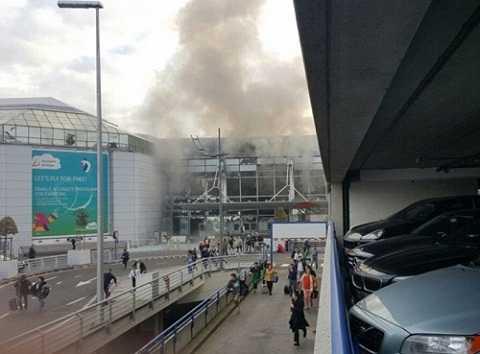 Khói đen bốc lên từ nhà ga sân bay Brussels