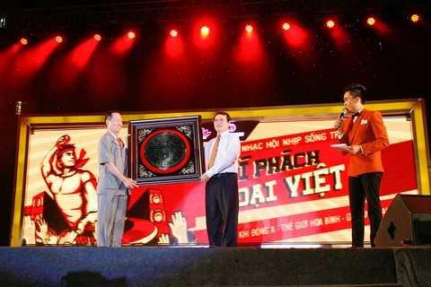 Anh hùng lao động, nghệ nhân Trần Văn Sen – Chủ tịch HĐQT Tập đoàn Hương Sen trao quà tượng trưng cho các chiến sĩ tại Hoàng Sa, Trường Sa