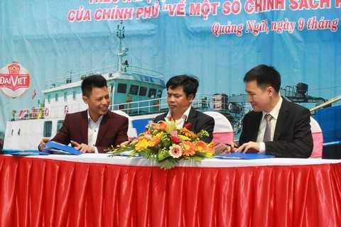 Ông Trần Văn Trà – Phó Tổng giám đốc Tập đoàn Hương Sen (ngoài cùng bên phải) ký kết cung ứng đồ uống cho tàu Lý Sơn 168