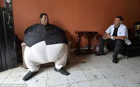 Ông Morales nặng 400 kg, trở thành người đàn ông nặng nhất Colombia. Ảnh Daily Mail