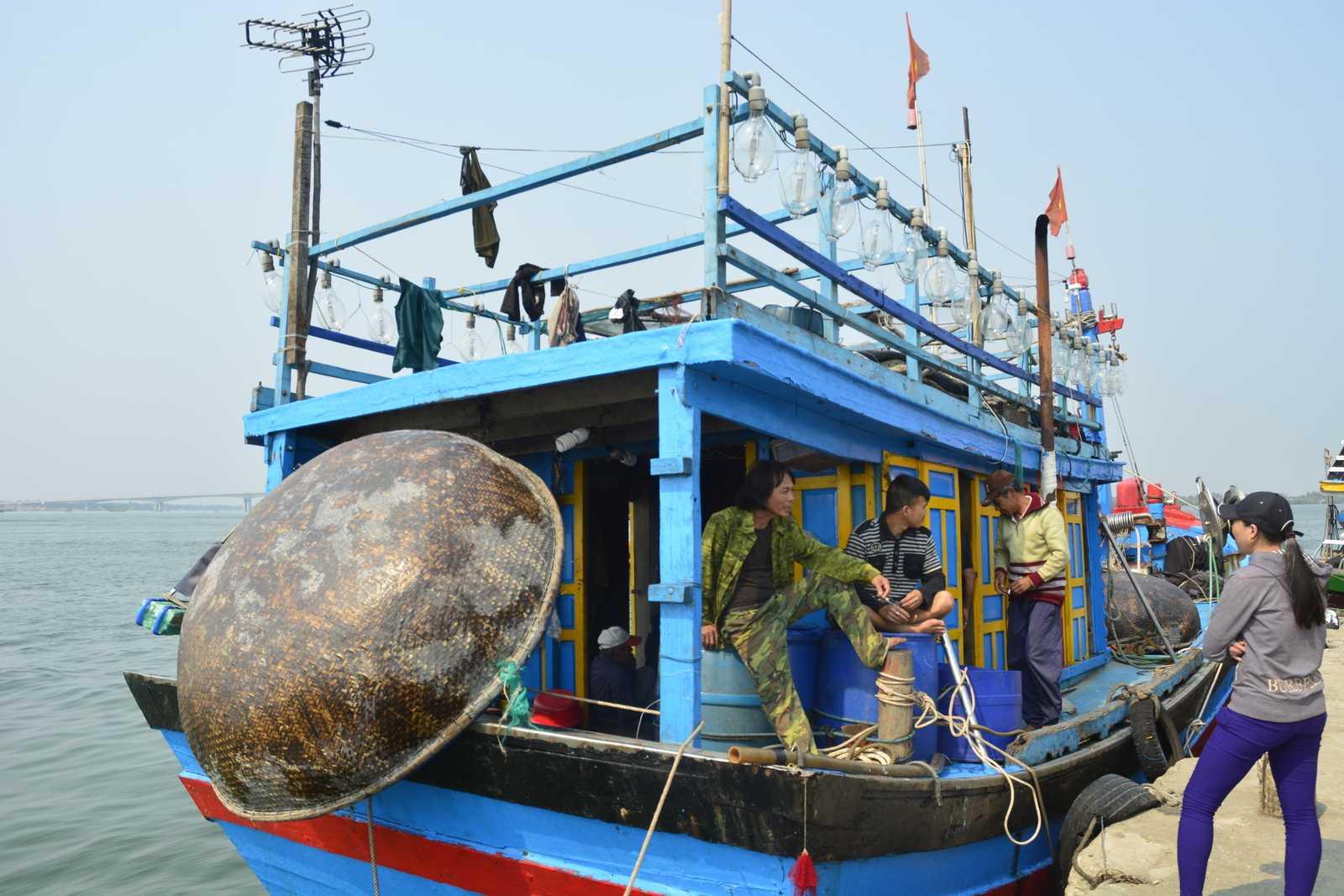 Tàu cá cá QNa 94592-TS cùng 10 ngư dân vào bờ an toàn.