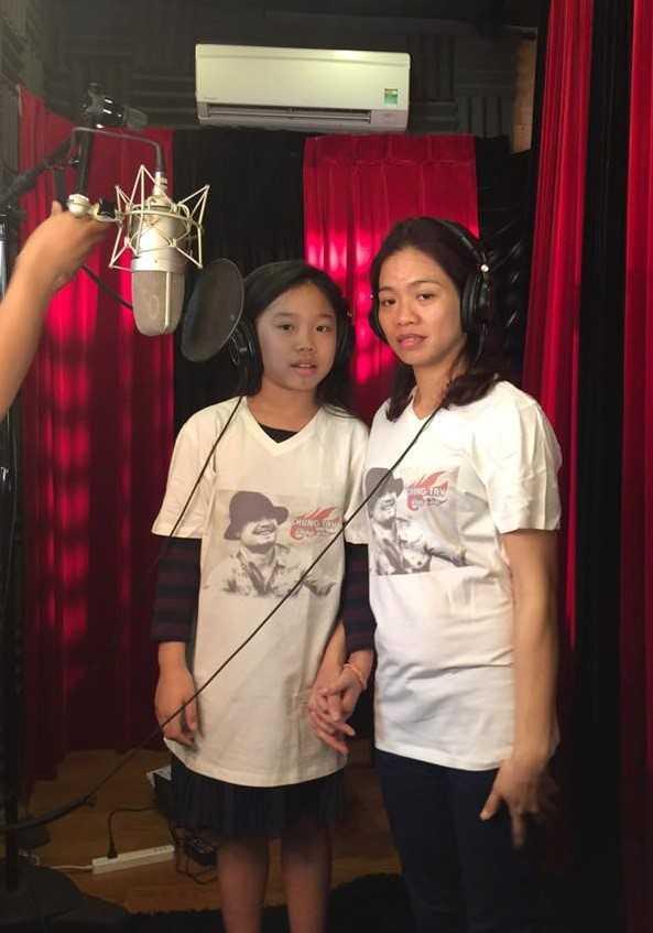 Chị Hoa và con gái nắm tay hát Đường đến ngày vinh quang. Ảnh: Minh Quân