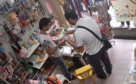 """Người nước ngoài dùng thủ thuật """"thôi miên"""" để lừa tiền nhân viên một cửa hàng bán đồ chơi tại Hà Nội"""