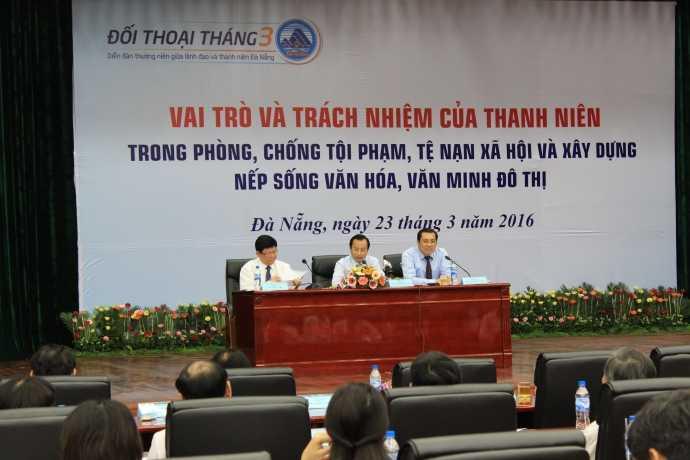 Bí thư Thành ủy Đà Nẵng Nguyễn Xuân Anh (giữa) chủ trì buổi đối thoại với thanh niên TP Đà Nẵng. Ảnh: Tấn Việt.