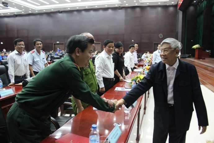 Cả hội trường bất ngờ trước sự xuất hiện của nguyên Tổng Bí thư Lê Khả Phiêu. Ảnh: Tấn Việt.
