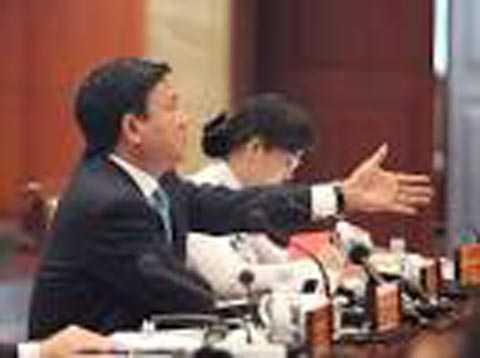 Bí thư Thăng chất vấn lãnh đạo ngành hải quan TP HCM. Ảnh: NLĐ.
