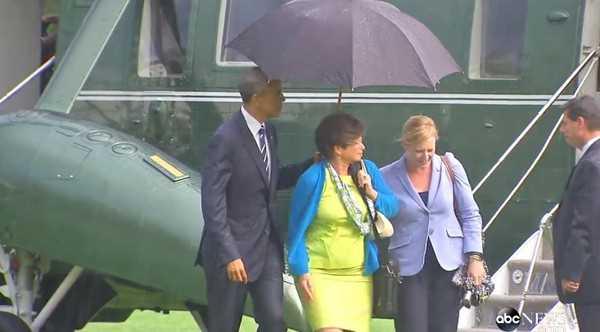 Tổng thống Mỹ cầm ô che cho 2 nữ chính trị gia