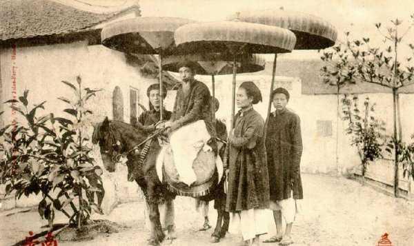 4 thanh niên đi theo cầm ô cho quan