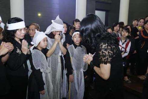 Gia đình, bạn bè và hàng ngàn người hâm mộ đã có mặt để tiễn đưa Trần Lập về nơi an nghỉ cuối cùng.