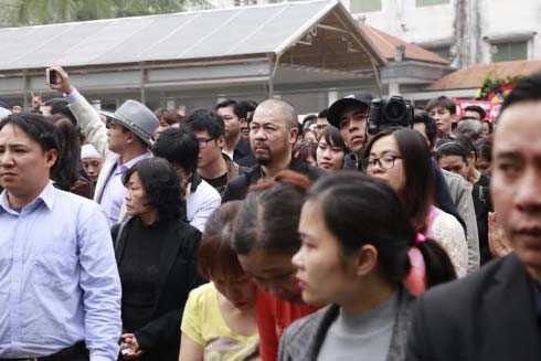 Hàng ngàn người hâm mộ đã có mặt, vĩnh biệt Trần Lập.