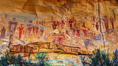 hình người xuất hiện với tần suất dày đặc với khoảng 80 bức khắp các vách đá.