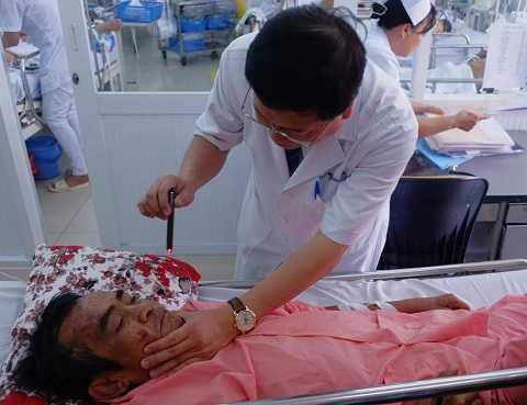 Bác sĩ BV Chợ Rẫy đang theo dõi sức khỏe ông Huỳnh Văn Nén ngày 23/3.  Ảnh: Phan Cường