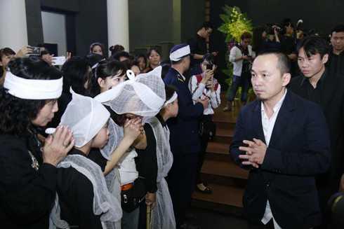 Nhạc sĩ Quốc Trung chia buồn cùng vợ con Trần Lập. Anh từng chia sẻ thẳng thắn, anh và trưởng nhóm Bức Tường không thực sự là bạn bè thân thiết nhưng anh rất quý trọng người đồng nghiệp