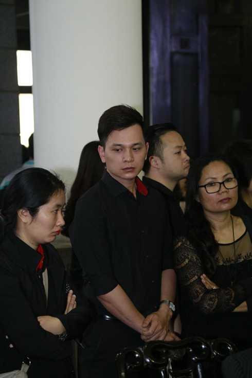 MC Danh Tùng buồn bã trong lễ tiễn đưa tác giả Bông hồng tủy tinh
