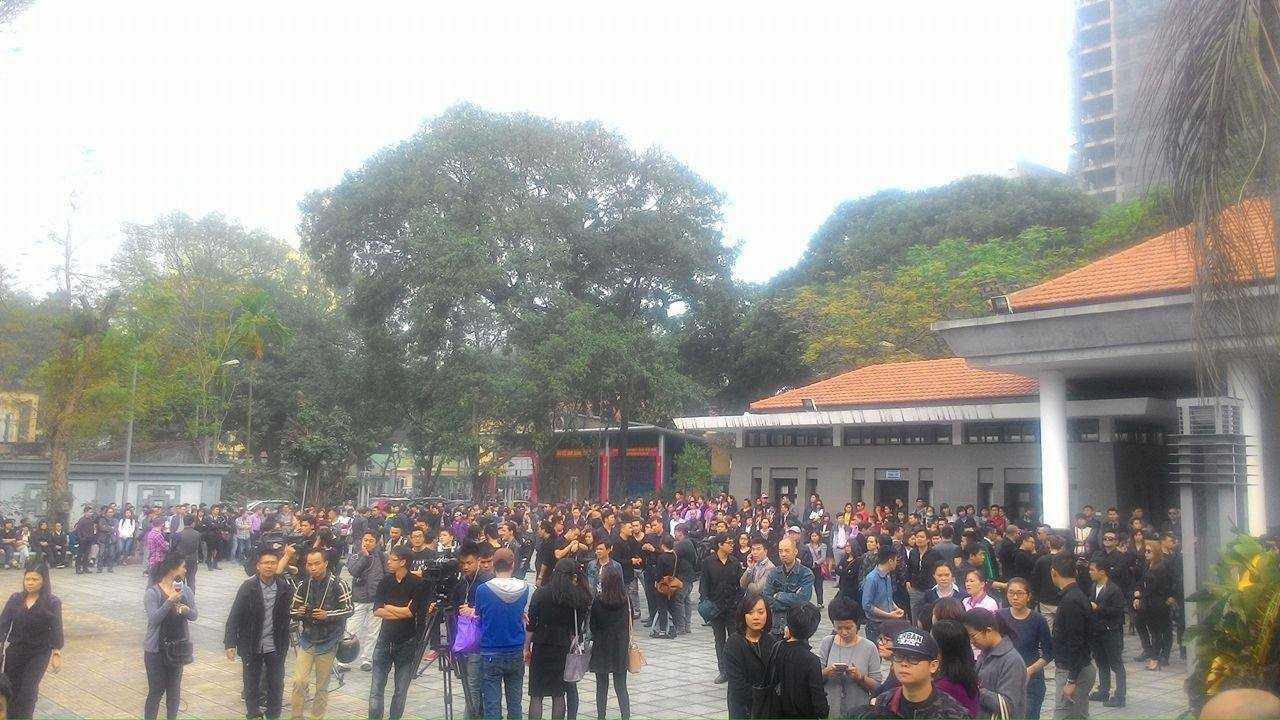 Ngay từ sáng sớm, rất đông bạn bè, người thân, người hâm mộ có mặt tại nhà tang lễ để viếng Trần Lập.