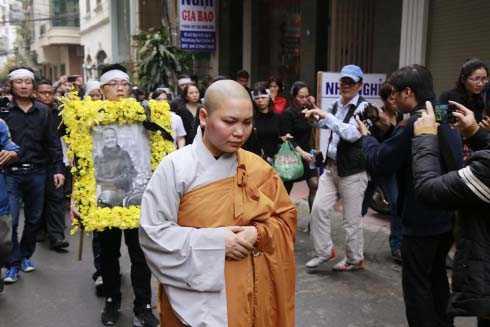 Dòng người đưa thủ lĩnh ban nhạc Trần Lập trở về nhà.