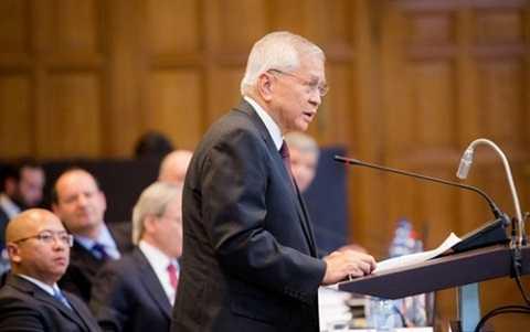 Ngoại trưởng Albert del Rosario trình bày các nội dung khiếu kiện của Philippines trước Tòa trọng tài La Haye