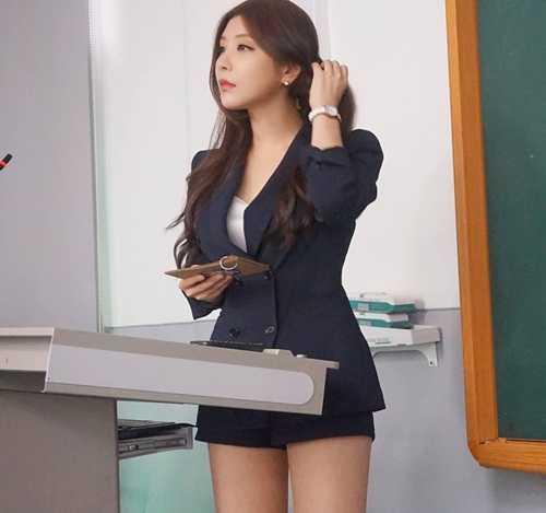 Tuy vậy, cũng có những ý kiến trái chiều cho rằng nếu cô giáoPark Hyun   Seo diện trang phục như thế đứng lớp sẽ không có một học sinh nào tập   trung được vào bài giảng, đặc biệt là những học sinh nam.