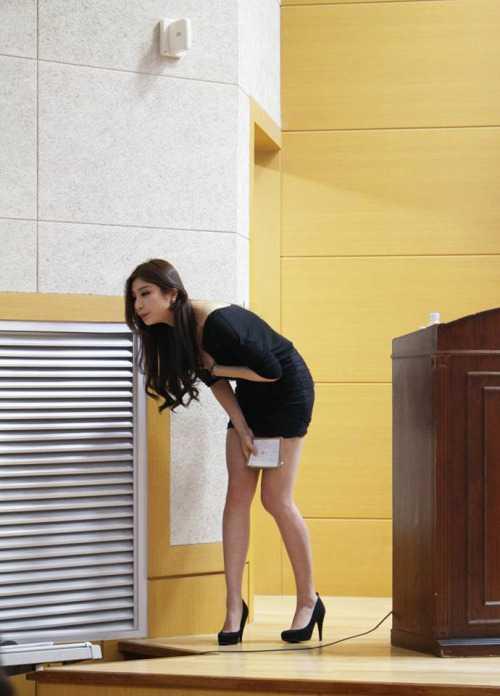 Khi ăn mặc kín đáo, cô giáoPark Hyun Seo vẫn vô cùng xinh đẹp, quyến rũ.