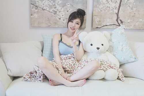 Tuy nhiên, khi những hình ảnhPark Hyun Seo diện trang phục vest ngắn,   đứng trên giảng đường khoe đôi chân dài miên man và ba vòng nóng bỏng,   cô bạn mới thực sự trở nên nổi tiếng, được nhiều người biết đến.