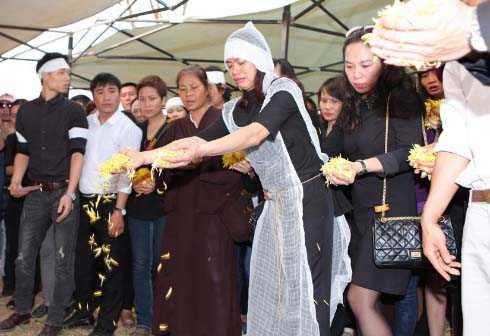 Vợ Trần Lập rải hoa tiễn biệt chồng.