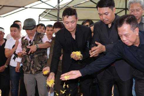 MC Anh Tuấn, người đã gắn bó với Trần Lập suốt nhiều năm, lo toan mọi việc để thủ lĩnh ban nhạc Bức Tường thanh thản ra đi.