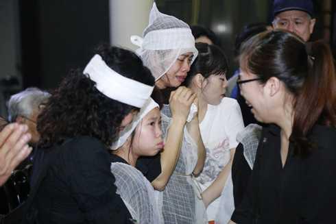 Vợ Trần Lập nức nở khi nhận lời chia buồn từ bạn bè, đồng nghiệp của chồng