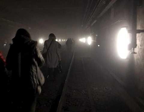Hành khách sơ tán khỏi ga tàu điện ngầm ở Maelbeek sau vụ nổ ngày 22.3.2016 - Ảnh: Reuters