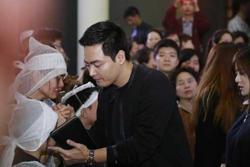 MC Phan Anh vỗ về các con của trưởng nhóm Bức Tường