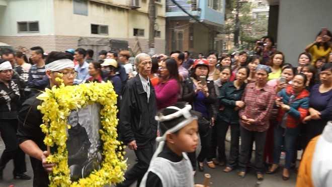 Linh cữu ca sĩ Trần Lập được đưa về nhà làm lễ trước khi an táng tại Nghĩa trang Công viên Thiên Đức, Phú Thọ.
