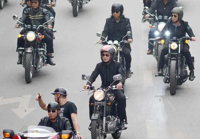 MC Anh Tuấn cầm lái chiếcxe Royal Enfield Bullet 500 của nhạc sĩ Trần Lập.