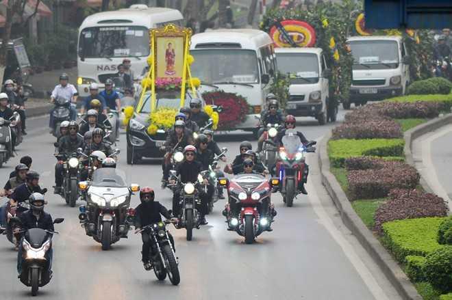 MC Anh Tuấn cùng đoàn mô tô đưa nhạc sĩ Trần Lập về nhà riêng lần cuối.