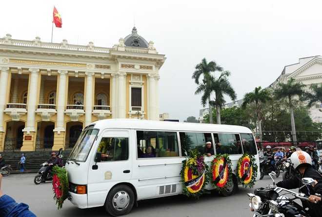 Đoàn xe tang chậm rãi vòng qua Nhà hát lớn   Hà Nội trên đường từ nhà tang lễ về nhà riêng của Trần Lập, trước khi   đưa anh về an nghỉ tại Công viên nghĩa trang Thiên Đức (Phú Thọ).