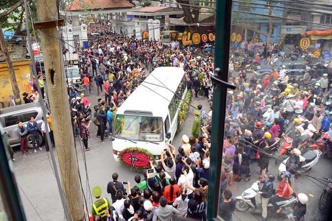 Dòng người tiễn đưa Trần Lập rời khỏi nhà tang lễ Bộ Quốc phòng.
