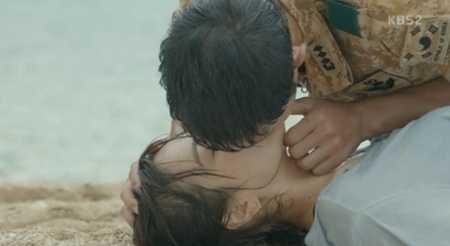 Ở tập phim trước đó, đại úy Shi Jin còn có   cảnh hô hấp nhân tạo bị fan bóc mẽ