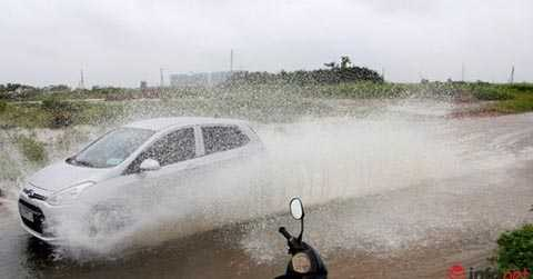 Chiếc xe đi qua một con đường ngập nước tại quận 2.