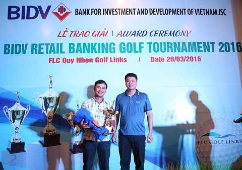 Ông Lê Ngọc Lâm (bên phải) trao cúp và phần thưởng cho golf thủ đạt giải