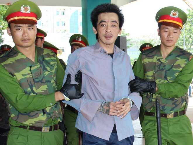 8 bị cáo ra tòa, trong đó Nguyễn Văn Chưởng (áo xanh, cựu cảnh sát tặng súng cho Ông Minh Phụng). Ảnh: Việt Tường.