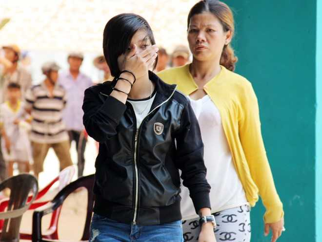 Khi nghe HĐXX tuyên tử hình người tình, Ngân giữ được bình tĩnh, không khóc và dùng tay che mặt lúc rời nơi xét xử. Ảnh: Việt Tường.