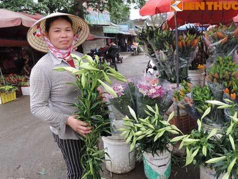 """Theo các tiểu thương, giá hoa loa kèn đầu   mùa đắt gấp 5 lần so với những ngày vào vụ. """"Hoa loa kèn chỉ bán đắt   nhờ vào những ngày đầu mùa như thế này thôi chứ tầm hơn nữa tháng nữa   vào vụ chính thì rất rẻ, chỉ khoảng 20.000 đồng bó/5 cành"""", bà Nguyễn   Tâm Linh (52 tuổi) bán hoa tại chợ hoa Quảng Bá cho biết."""
