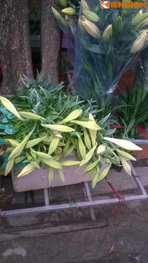 Tại các điểm bán lẻ, hoa loa kèn còn đội giá lên 25.000 đồng/cành.