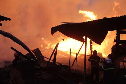 Khói lửa bao trùm toàn bộ xưởng gỗ rộng 1000 m2 ở Sài Gòn