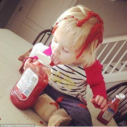 Bé gái này đang nhuộm tóc bằng sốt cà chua