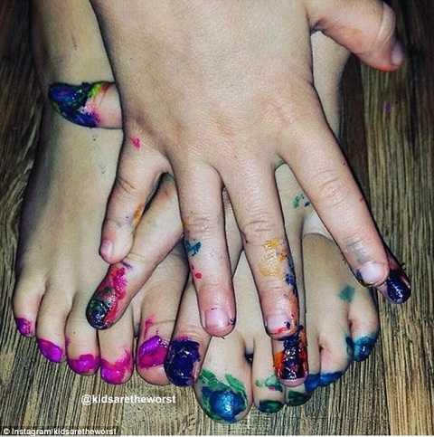 Chỉ là con muốn học sơn móng tay, móng chân thôi mà
