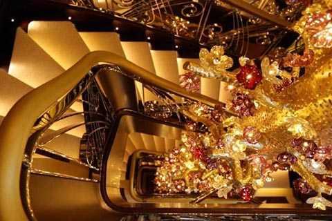 Siêu du thuyền còn được trang trí bằng vàng lá, như trần phòng ăn chẳng hạn.