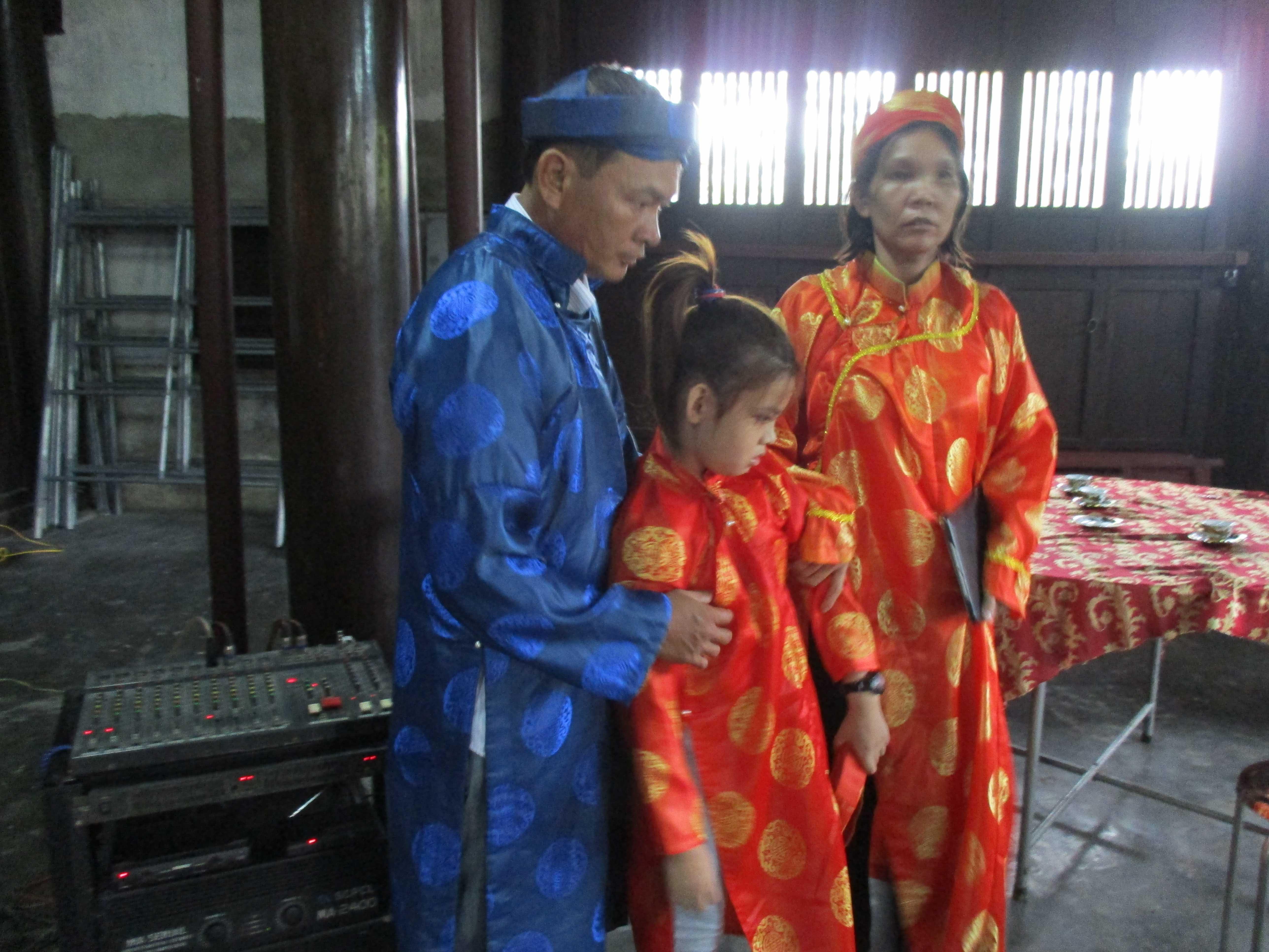 Gia đình ông Nguyễn Phước Bảo Tài lần đầu được ra Huế thăm dòng tộc.