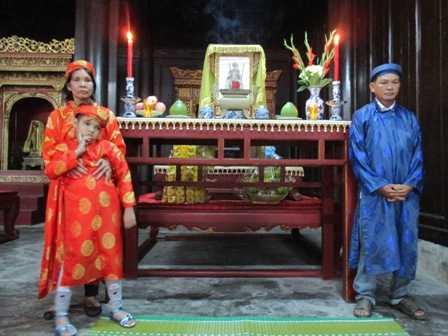 Gia đình ông Tài trước ngai thờ vua Thành Thái.
