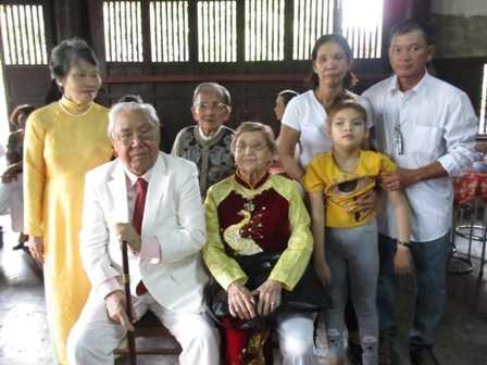 Gia đình ông Nguyễn Phước Bảo Tài cùng chụp ảnh kỷ niệm với hoàng tử của vua Duy Tân (ngồi ngoài cùng tay trái).